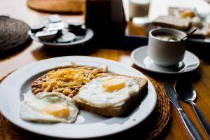 Petit-déjeuner complet et sain